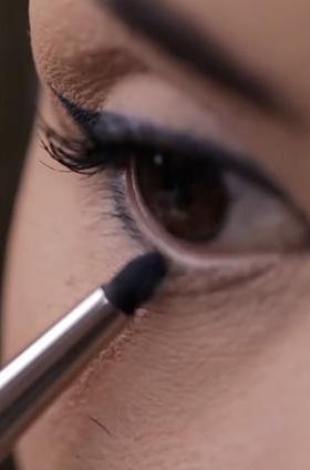 Maquillaje ojos con delineado negro y verde