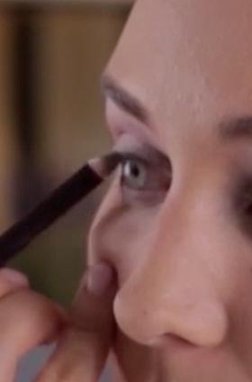 Maquillaje de ojos luminoso en tono morado