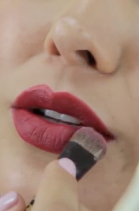 Maquillaje de labios con efecto terciopelo