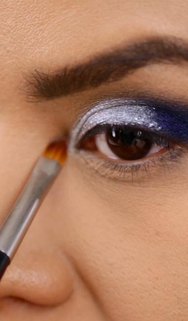 Maquillaje fiesta: ojos plateado y azul brillante