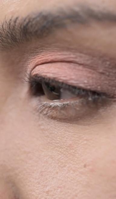 Maquillaje de ojos en tono coral