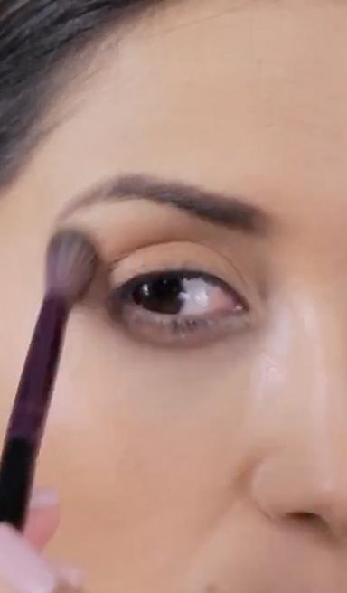 Maquillaje de ojos en tonos cobre y dorado