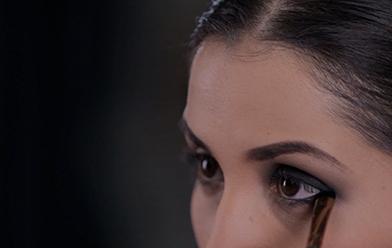 Ojos difuminados en negro al estilo gótico