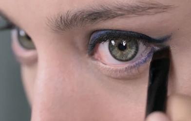 Delineado de ojos perfecto en azul y negro