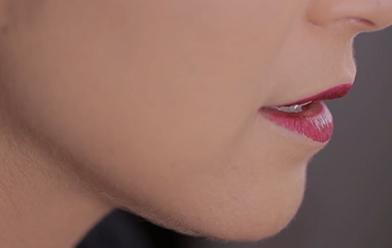 Labios morados al estilo gótico