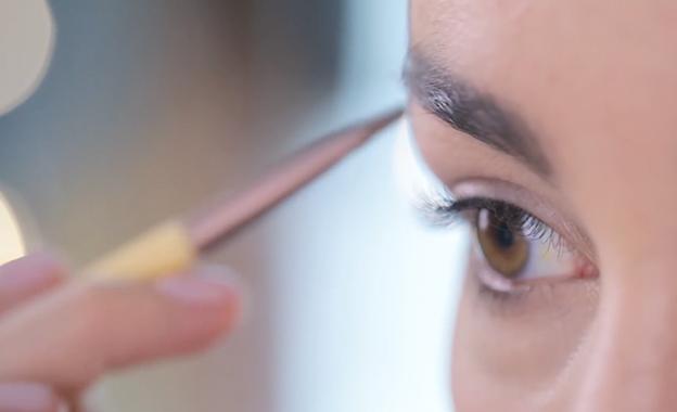 ¿Cómo usar el kit perfeccionador de cejas?