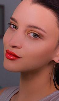 Labios anaranjados con acabado glossy