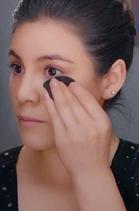 ¿Cómo emparejar el tono de la piel con una base compacta?