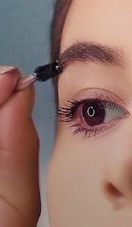 ¿Cómo maquillar las cejas para que se vean más pobladas?