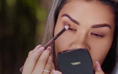 Maquillaje de ojos en tonos tierra y delineado de color