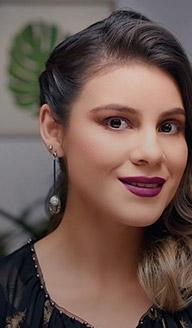 Maquillaje sencillo con labios morados
